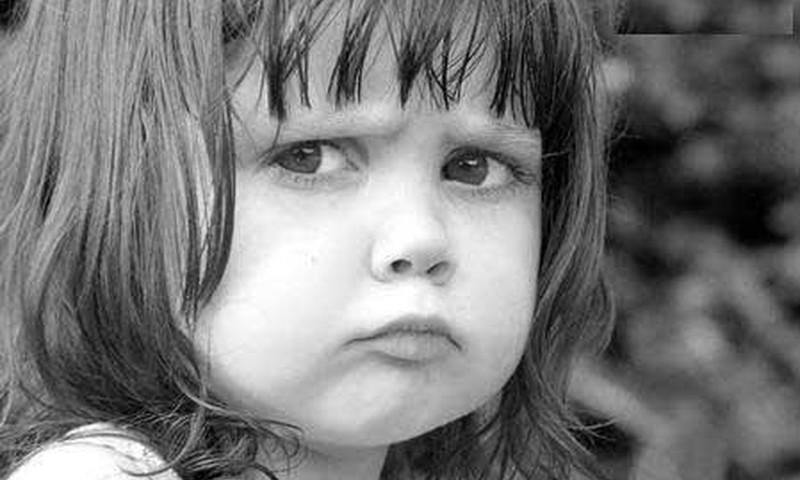 2 metukų mergaitė mušasi