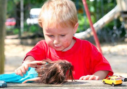 Kai sūnus žaidžia su lėlėmis...