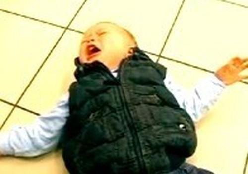 Vaikas krenta ant žemės: psichologės komentaras
