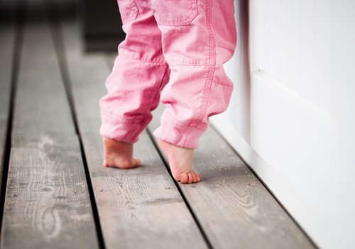 Kineziterapeutė: Ėjimas ant pirštukų - silpno liemens ir kojų raumenų požymis