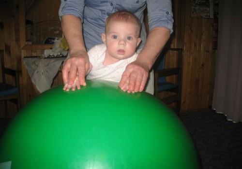 Specialių mankštelių nauda kūdikiui:vizitai pas kineziterapeutę