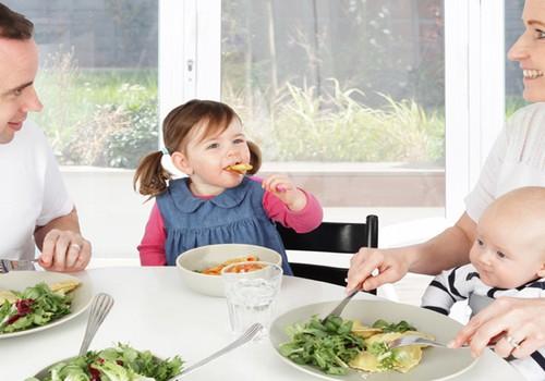 Kada mažylį pratinti prie bendro pietų stalo?
