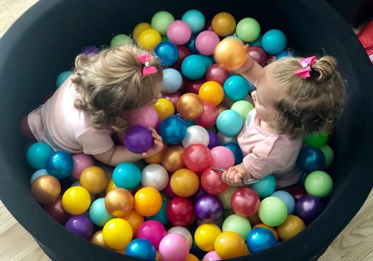 Žaidžiame su mažyliais: keturi spalvoti eksperimentai namuose