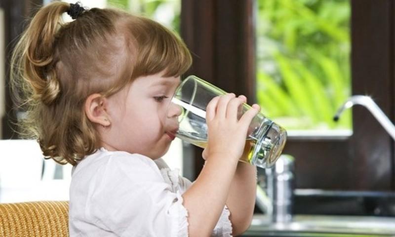 Kiek skysčių mažyliui reikia išgerti per dieną?