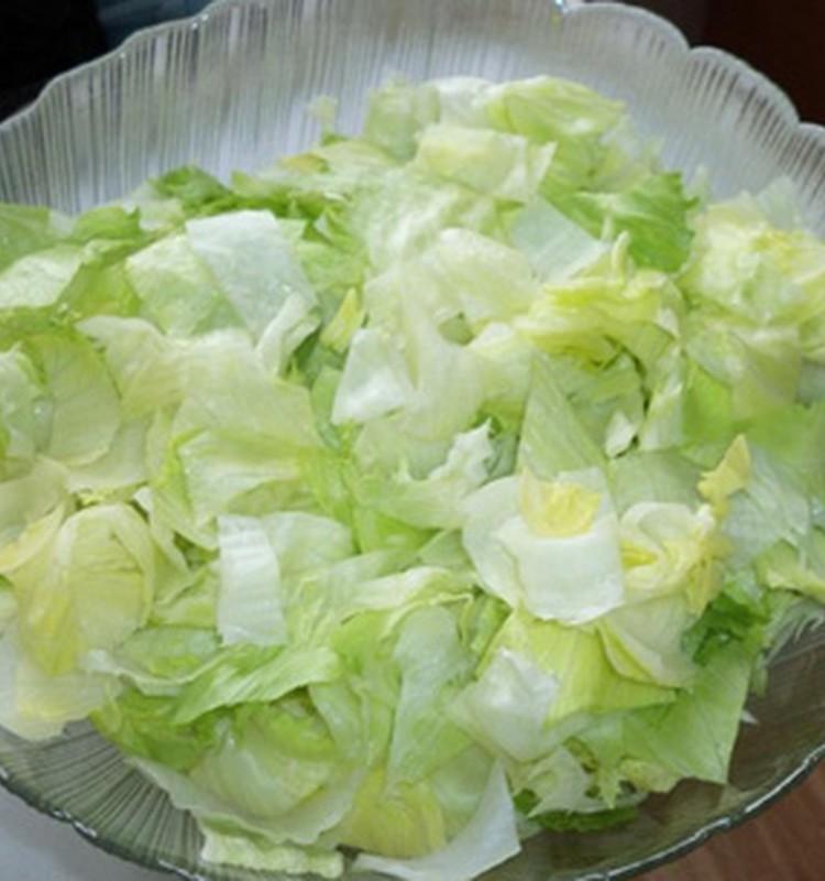 Šviežios salotos su braškėmis