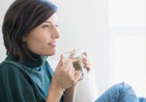 Nuo žaliosios arbatos pienas netampa žalias