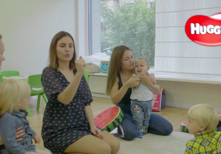 VIDEO: kaip žaisti su 10–14 mėnesių mažyliu?