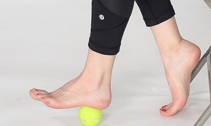 6 pratimai palengvinantys pėdų, kelių ir klubų skausmą