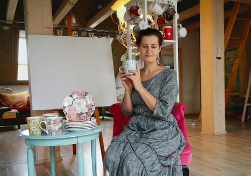 """Dailininkė Sigutė Ach pristatė naują porceliano indų kolekciją: """"Mėgstu gyventi lėtai ir gėlėtai, tad skrendam išgerti kavos"""""""