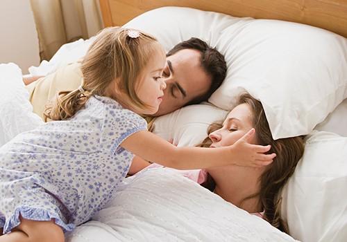 Ką daryti, kai vaikas naktį ateina į tėvų lovą?