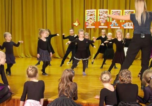 VIDEO: Kodėl vaikai noriai lanko Eglės Straleckaitės šokių pamokas?