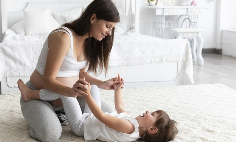 8 dalykai, kuriuos patartina padaryti su pirmagimiu, prieš gimstant jaunėliui