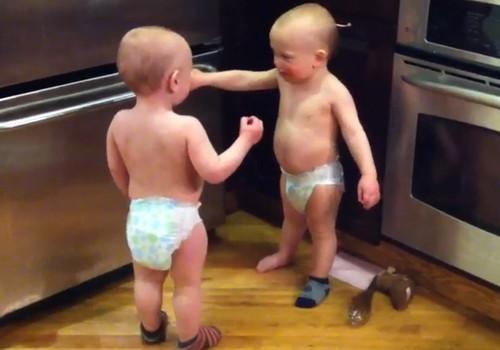 Juokingas dar žodžių netariančių dvynukų pokalbis