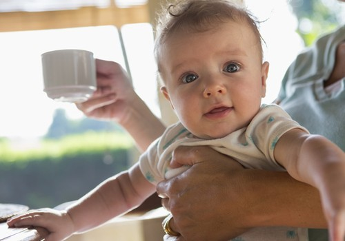Kiek maitinanti mama gali gerti kavos?