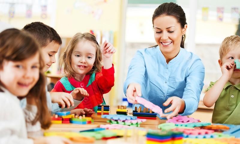 Vaikai mokykloje praleidžia visą dieną? Štai į ką svarbiausia atkreipti dėmesį tėvams